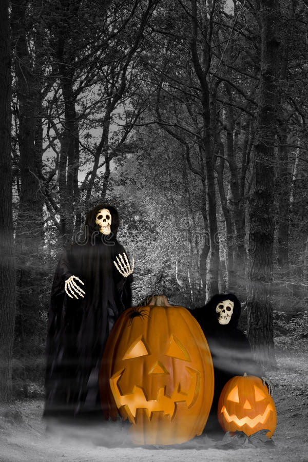 HalloweenGhouls im Wald lizenzfreie stockfotografie