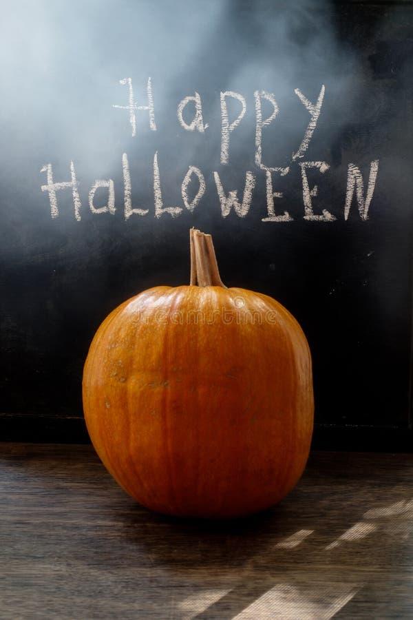 Halloweenowa bania na czarnym drewnianym tle zdjęcie stock