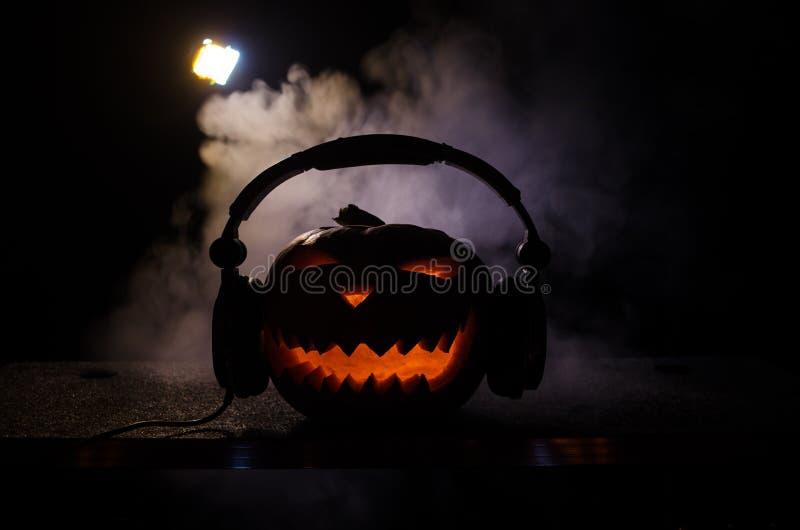 Halloweenowa bania na dj stole z hełmofonami na ciemnym tle z kopii przestrzenią Szczęśliwe Halloweenowe festiwal dekoracje, muzy obrazy royalty free