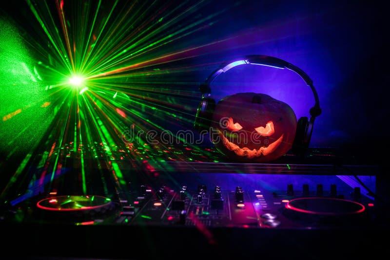 Halloweenowa bania na dj stole z hełmofonami na ciemnym tle z kopii przestrzenią Szczęśliwe Halloweenowe festiwal dekoracje, muzy fotografia royalty free