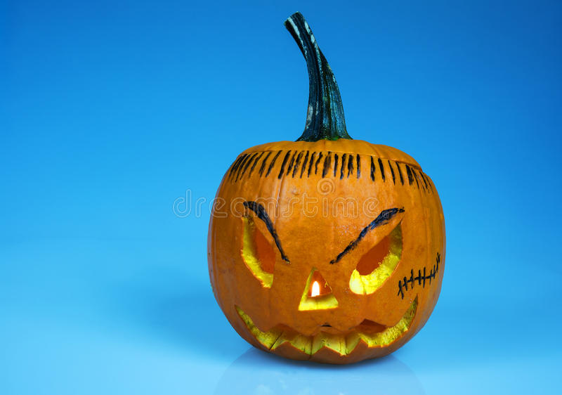 Halloweenowa bania na odosobnionym błękicie horyzontalny obrazy royalty free