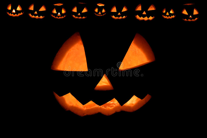 Halloweenowa bania z pożarniczymi uśmiechami obramia Fred Jack na czerni obrazy royalty free