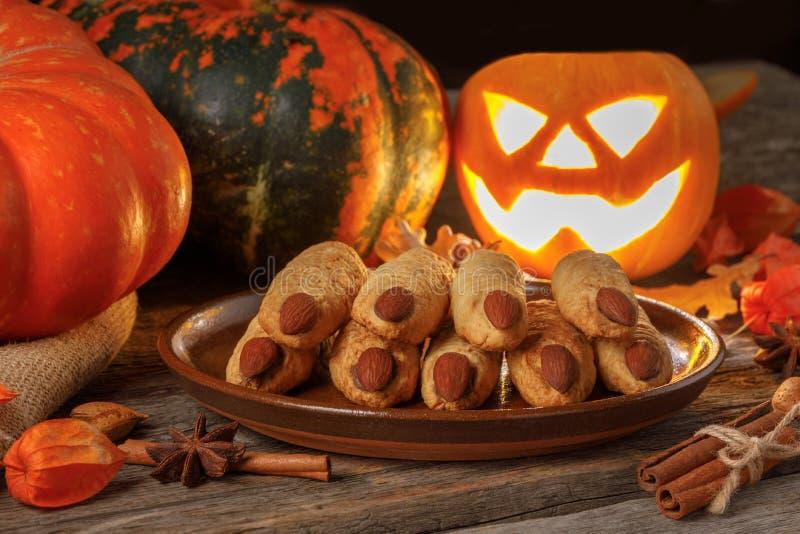 Halloweenowa ciastko czarownica dotyka na drewnianym stole zdjęcie royalty free