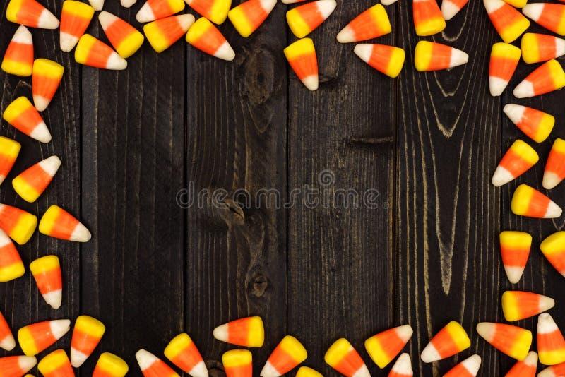 Halloweenowa cukierek kukurudzy rama na ciemnym drewnie obrazy royalty free