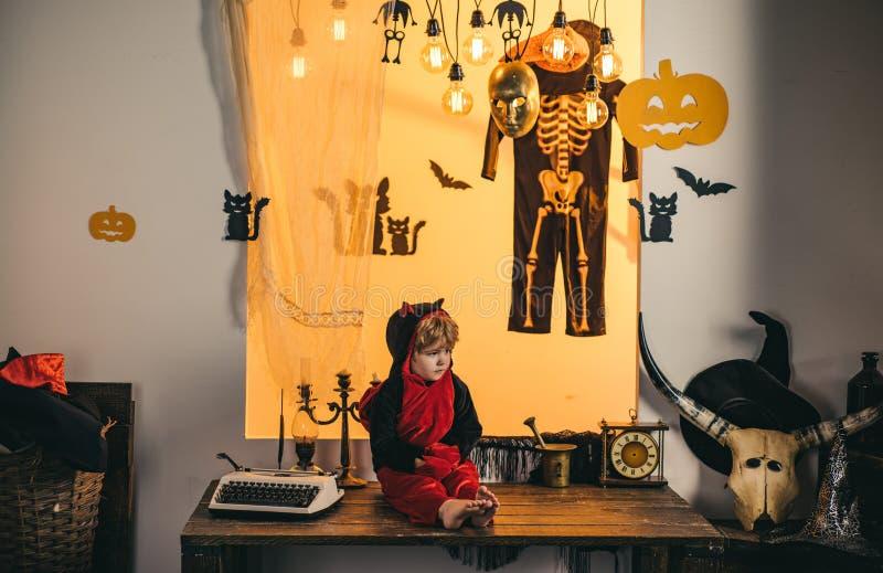 Halloweenowa dekoracja i straszny pojęcie Horror twarze Szczęśliwi Halloweenowi weekendy magiczna bania Dziecko sztuka z obrazy stock