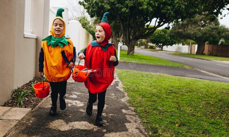 Halloweenowa dzieciak sztuczka, częstowanie lub obrazy stock