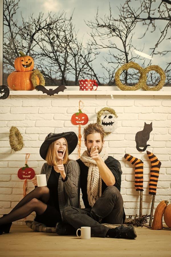 Halloweenowa kobieta mruga w czarownica kapeluszu obraz royalty free