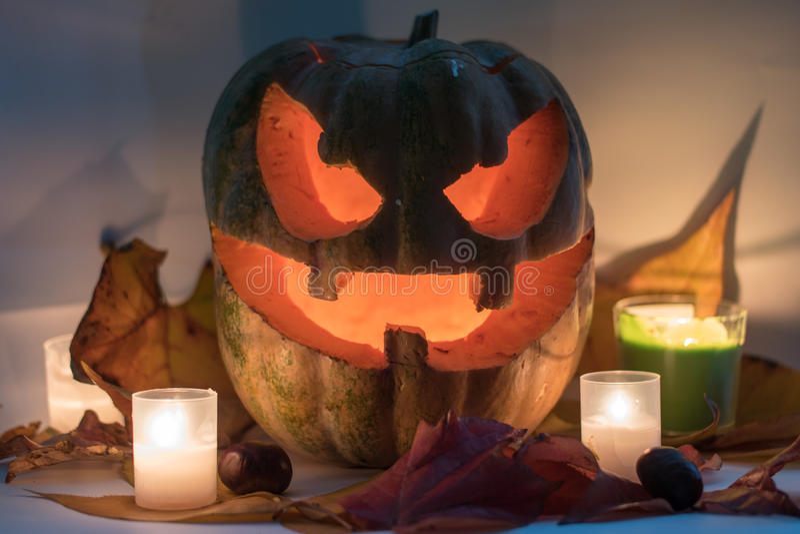 Halloweenowa straszna twarzy bania na białym tle fotografia stock