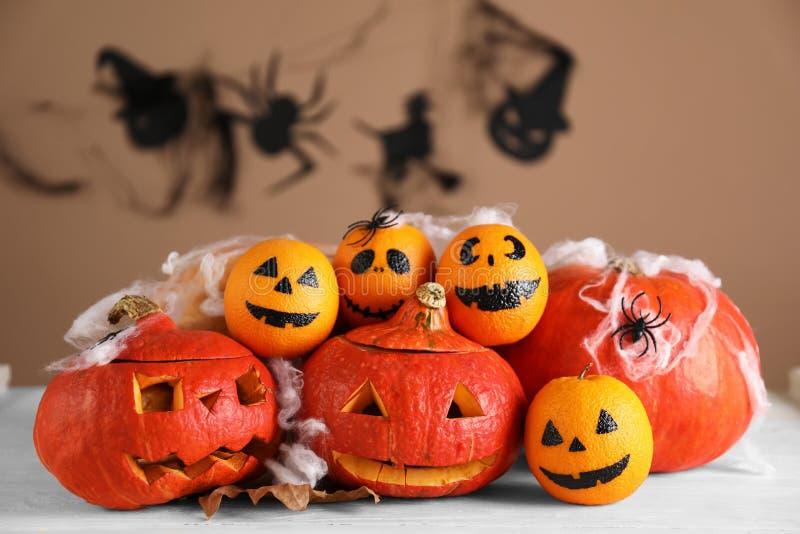Halloweenowe banie z kreatywnie pomarańczami na lekkim drewnianym stole obraz royalty free