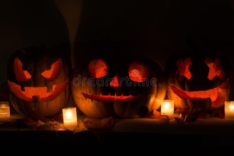 Halloweenowe banie z straszną twarzą i płonącą świeczką zdjęcia royalty free