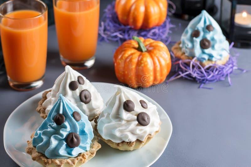 Halloweenowe cukierki fundy, partyjny karmowy pojęcie Biel i błękitni torty z twarzami zamykamy up obrazy royalty free
