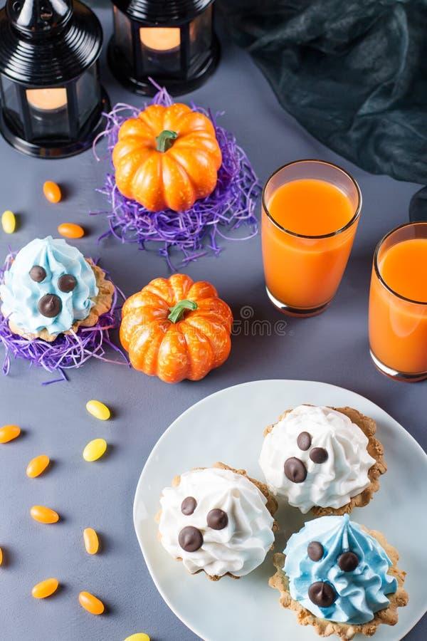 Halloweenowe cukierki fundy, partyjny karmowy pojęcie Biel i błękitni torty z twarzami zamykamy up fotografia stock