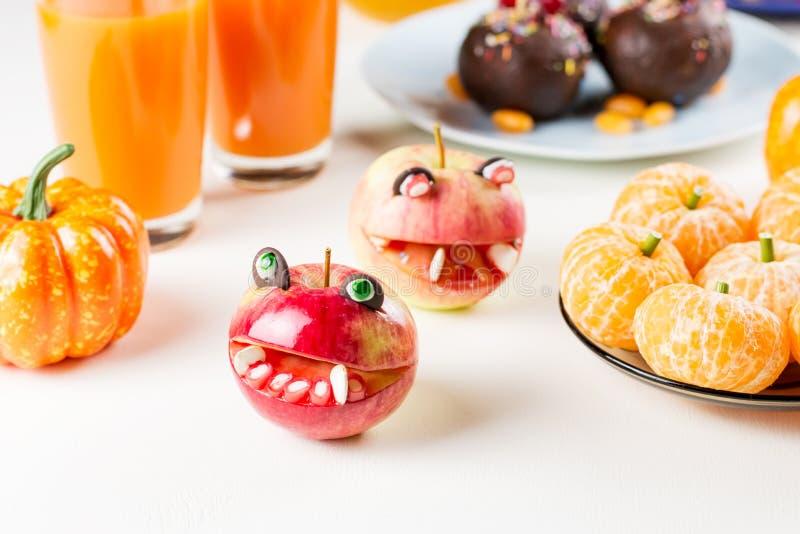 Halloweenowe cukierki fundy, partyjny karmowy pojęcie Potwór owoc i dyniowy sok zdjęcia royalty free