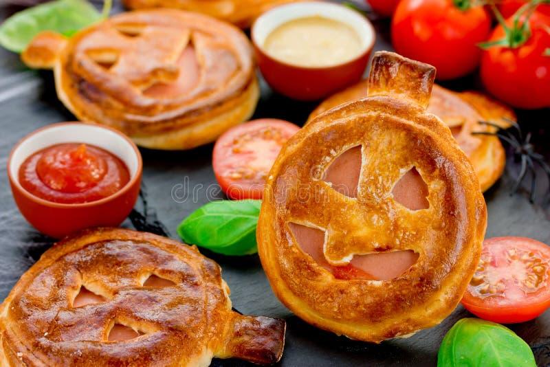 Halloweenowego przepisu przekąski dyniowy kulebiak z baleronem i czereśniowymi pomidorami obraz royalty free