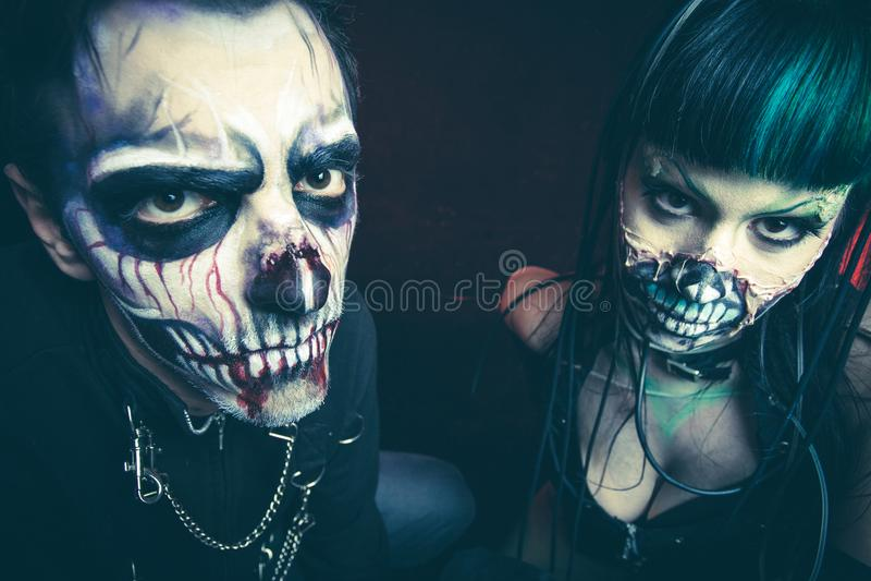 Halloweenowego strasznego cyber mężczyzna i kobiety zredukowany studio zdjęcia stock