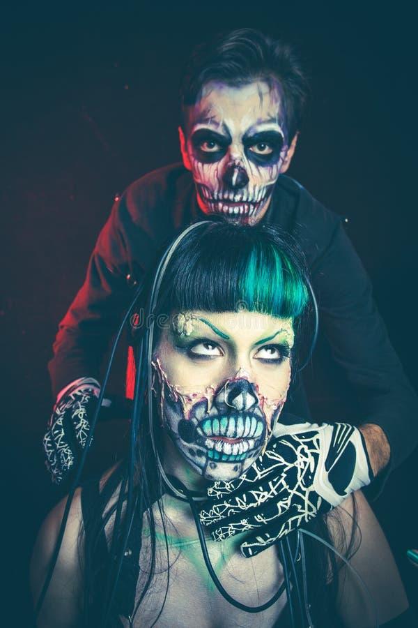 Halloweenowego strasznego cyber mężczyzna i kobiety zredukowany studio fotografia stock