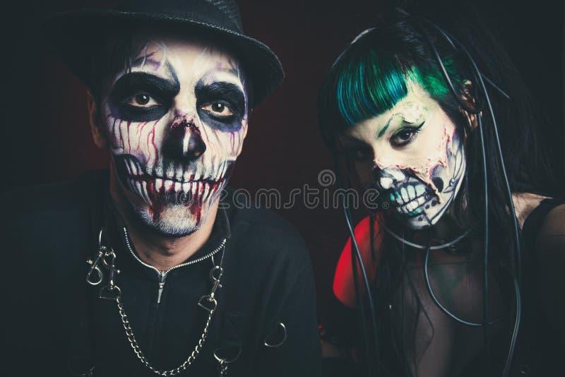 Halloweenowego strasznego cyber zredukowana kobieta i mężczyzna z kapeluszowym studiiem zdjęcia royalty free