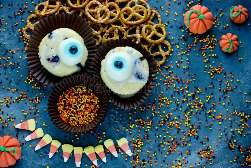 Halloweenowego tła słodka funda dla dzieciaka cukierku kukurudzy jeden oka filiżanki fotografia stock