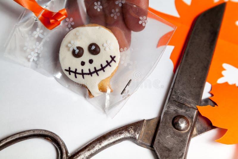 Halloweenowi ciastka i starzy nożyce na białym tle zdjęcie royalty free
