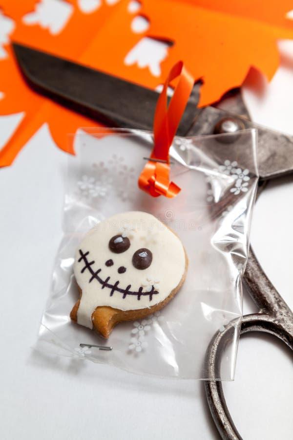 Halloweenowi ciastka i starzy nożyce na białym tle zdjęcie stock