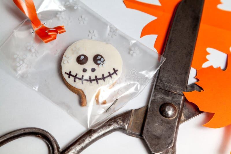 Halloweenowi ciastka i starzy nożyce na białym tle fotografia royalty free