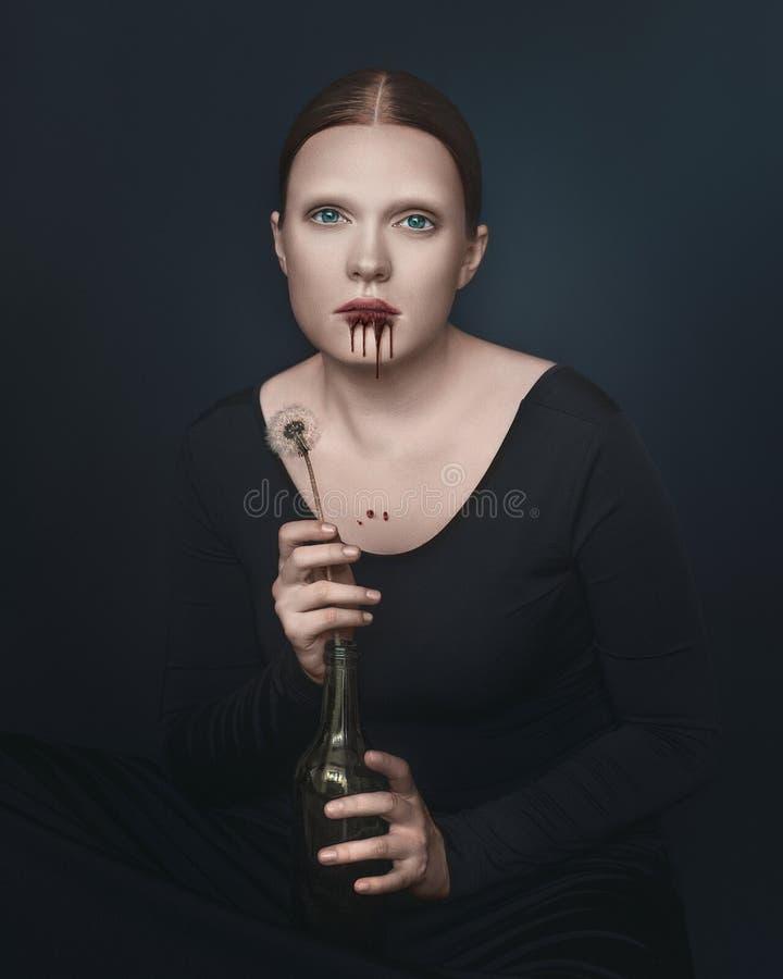 Halloweenowi wampir kobiety spojrzenia bezpośrednio w kamery mienia kwiat Żeński portret w rocznika stylu na ciemnym tle zdjęcie royalty free