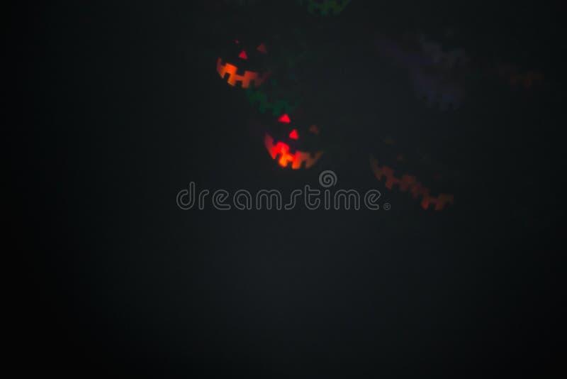 Halloweenowy abstrakcjonistyczny jarzy się zamazany tło Zamyka w górę bokeh w kształcie Halloweenowi emoticons Defocused mruganie obrazy stock