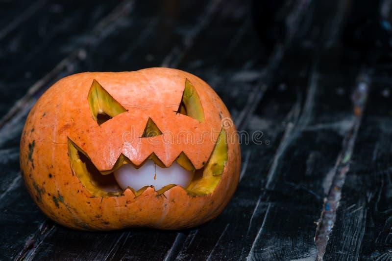 Halloweenowy bani głowy dźwigarki lampion na ciemnym drewnianym tle C zdjęcie royalty free
