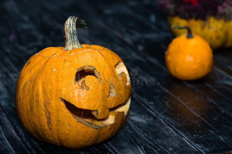 Halloweenowy bani głowy dźwigarki lampion na ciemnym drewnianym tle C zdjęcia stock