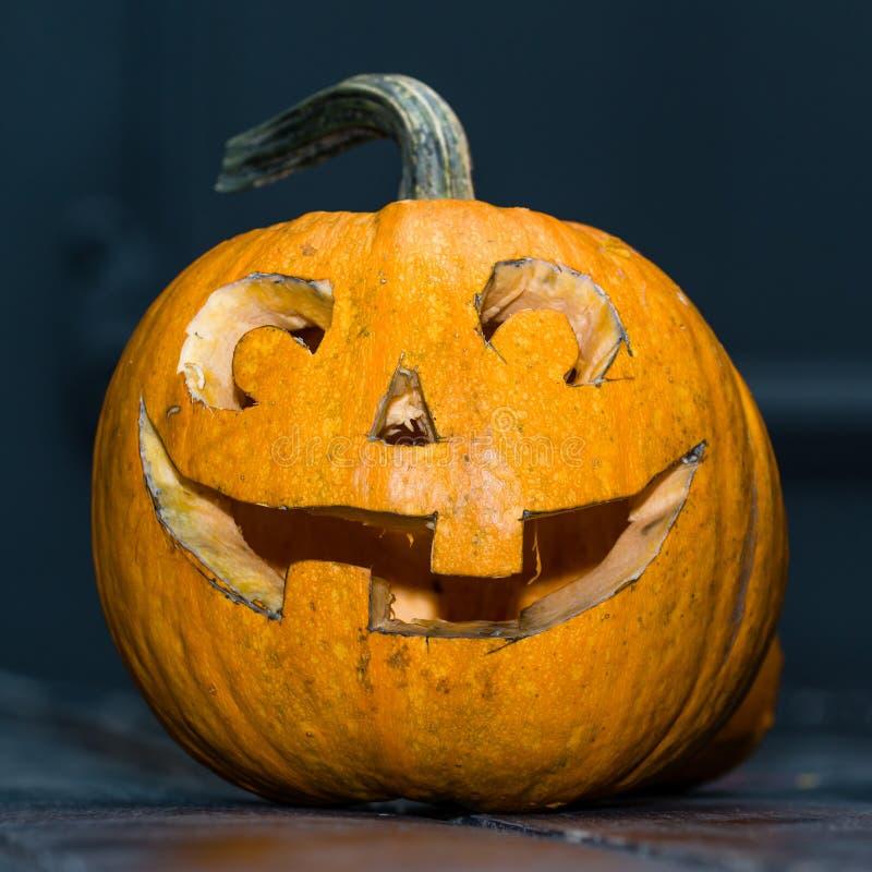Halloweenowy bani głowy dźwigarki lampion na ciemnym drewnianym tle, c zdjęcia royalty free