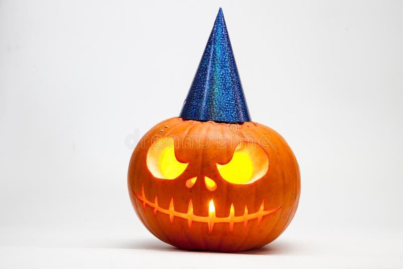 Halloweenowy bani głowy dźwigarki lampion z płonącymi świeczkami z świątecznym hubcap odizolowywającym na białym tle zdjęcie stock