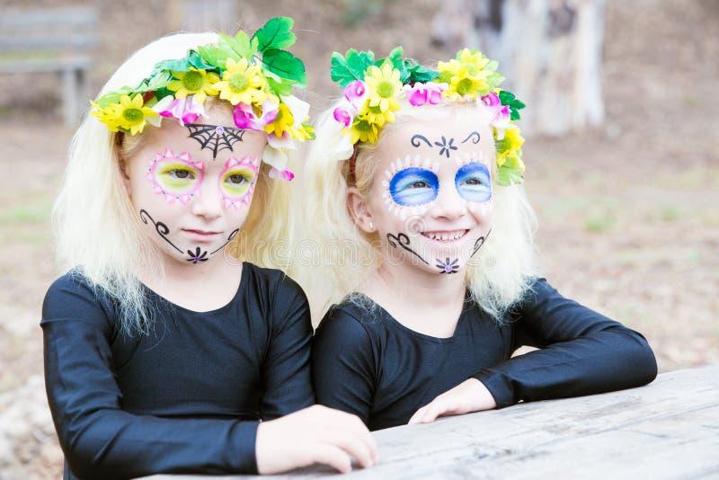 Halloweenowy bliźniaczy siostr ono uśmiecha się zdjęcia stock