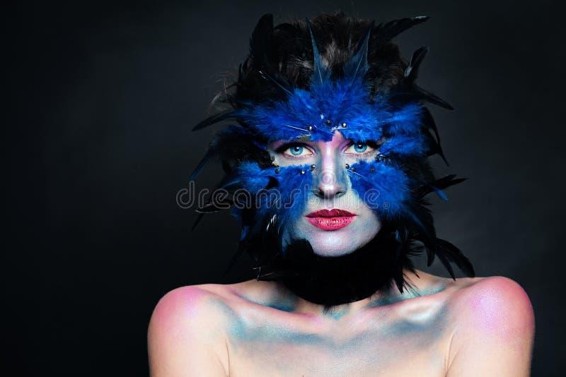 Halloweenowy charakteru poj?cie Wzorcowa twarz z ptasim makeup na ciemnym tle obrazy royalty free