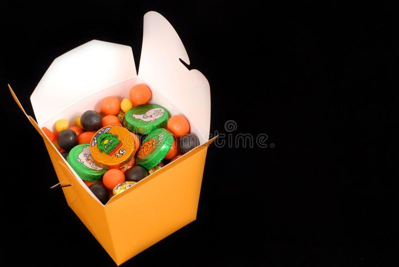 Halloweenowy cukierek w pomarańczowym chińskim karmowym zbiorniku