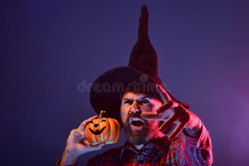 Halloweenowy czarownika modniś z strasznym twarzy i dźwigarki o lampionem zdjęcia stock