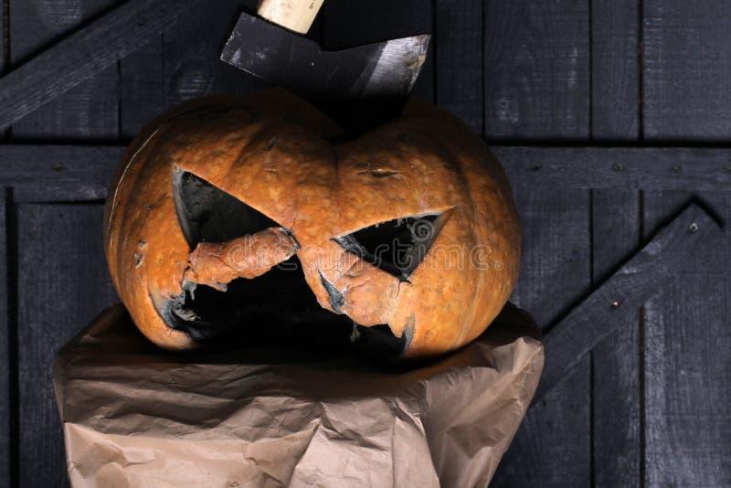 Halloweenowy demon Rzeźbi Out Niektóre Dobrych czasy demon bania z horror twarzą i Halloween kapeluszem tradycyjna dekoracja dla fotografia royalty free