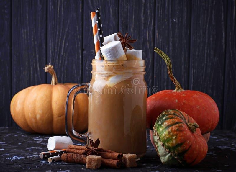 Halloweenowy dyniowy pikantności latte obraz royalty free