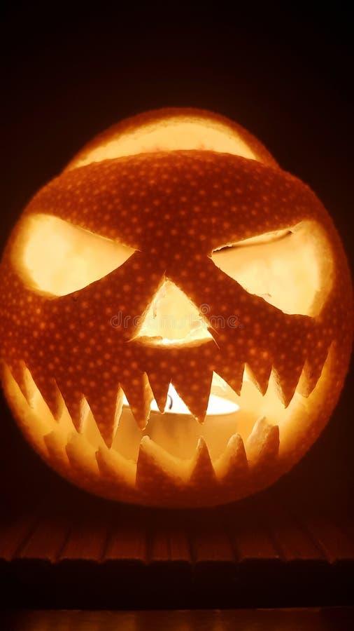 Halloweenowy dyniowy straszny uśmiech dla partyjnej nocy na ciemnym tle fotografia royalty free