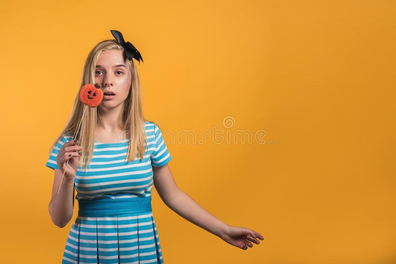 Halloweenowy dziewczyny pojęcie, psychodeliczny spojrzenie, Alice w krainie cudów z brzęczeniami obrazy stock
