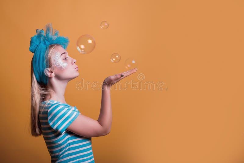 Halloweenowy dziewczyny pojęcie, psychodeliczny spojrzenie, Alice w krainie cudów z fantazją gulgocze fotografia royalty free