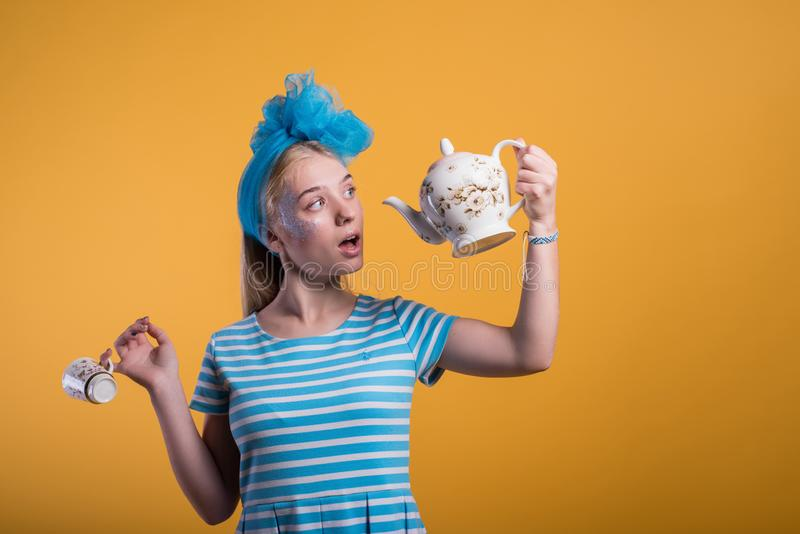 Halloweenowy dziewczyny pojęcie, psychodeliczny spojrzenie, Alice w krainie cudów z herbatą zdjęcie stock