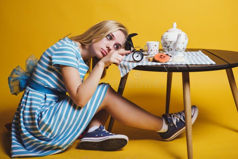 Halloweenowy dziewczyny pojęcie, psychodeliczny spojrzenie, Alice w krainie cudów z herbatą i zegarem fotografia royalty free