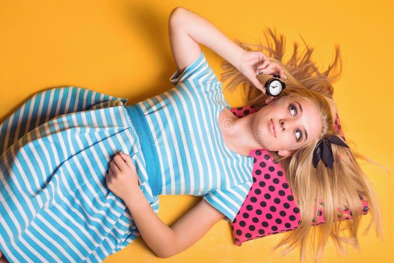 Halloweenowy dziewczyny pojęcie, psychodeliczny spojrzenie, Alice w krainie cudów z zegarem fotografia stock