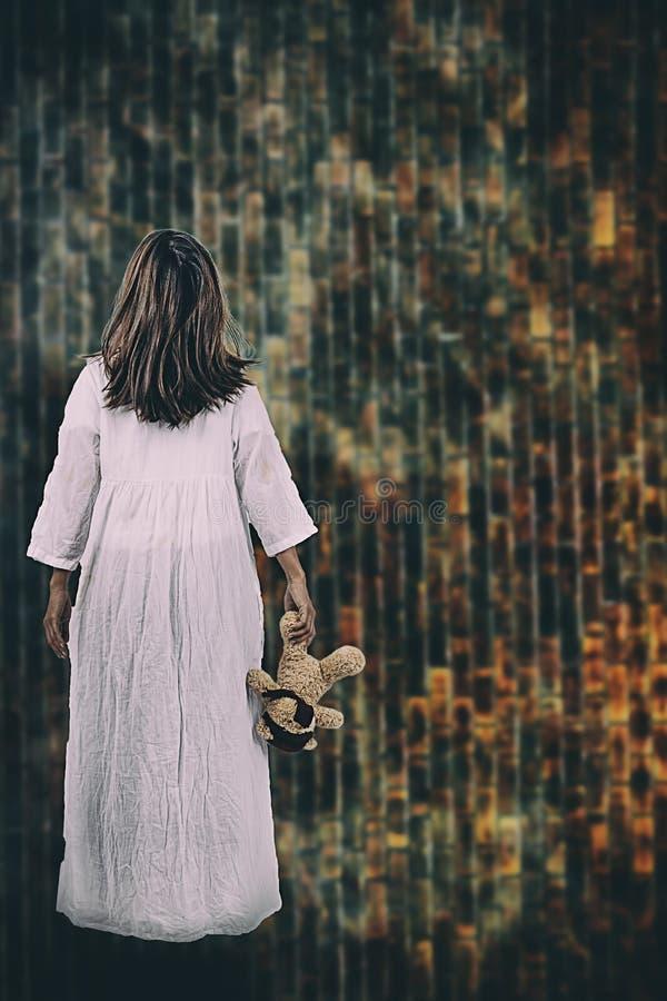 Halloweenowy festiwalu pojęcie Duch dziewczyna w krwi z białym d obrazy stock