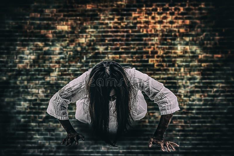Halloweenowy festiwalu pojęcie Duch dziewczyna w krwi z białym d zdjęcie stock