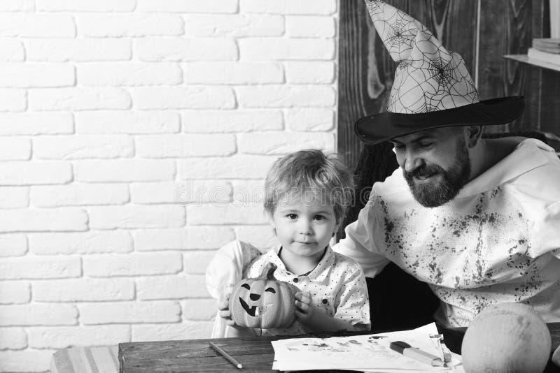 Halloweenowy i wakacyjny pojęcie Witcher i mały magik obraz royalty free