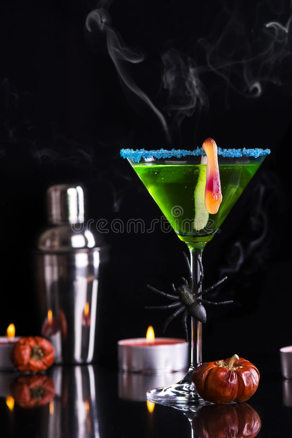 Halloweenowy koktajlu witch& x27; s parzenie obrazy stock