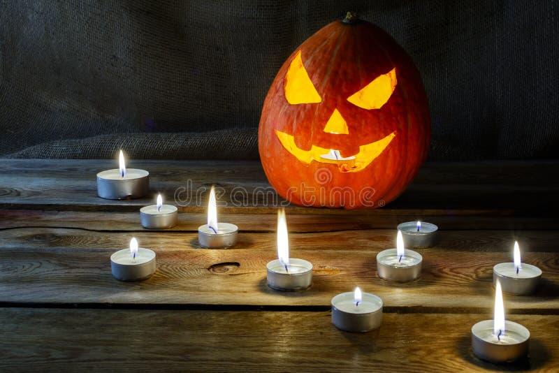 Halloweenowy lampion i płonące świeczki obraz stock
