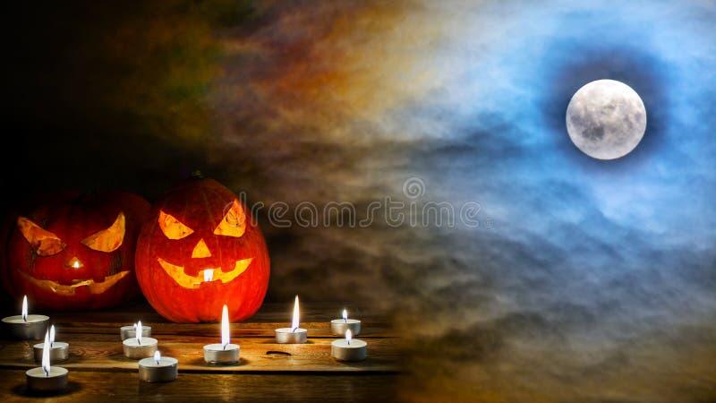 Halloweenowy lampion na przerażającym midnight niebie z ful obrazy royalty free