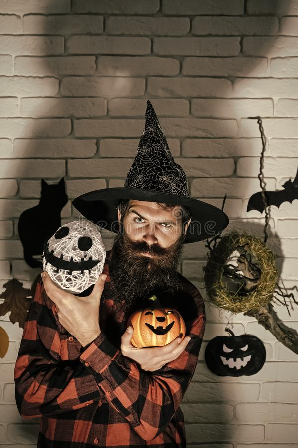 Halloweenowy mężczyzna w czarownika mienia kapeluszowej bani i duch przewodzimy obrazy royalty free